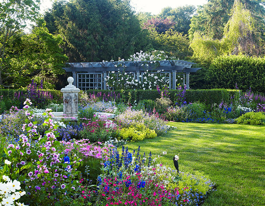 Loving the layered charm of an English Country Garden. Image via Fresh American Style