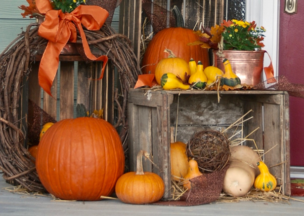 farmhouse-fall-porch-decor-pumpkins