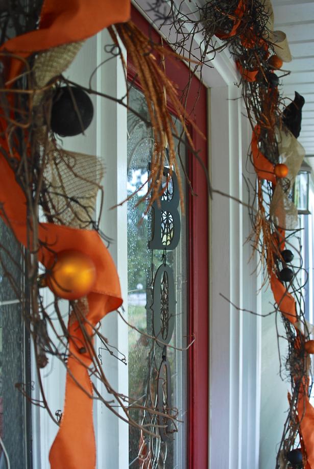 fall-decor-to-halloween-door-detail