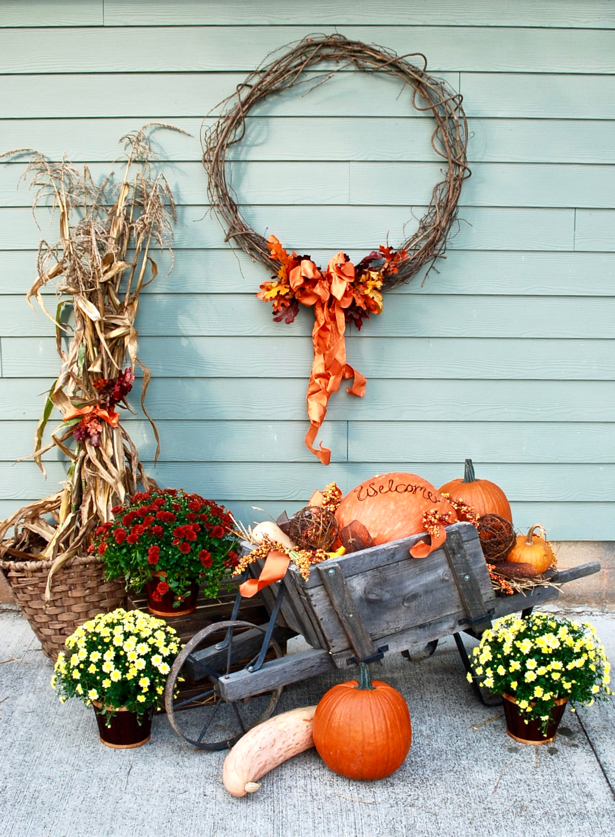 This wagon filled with pumpkins and gourds creates the perfect fall vignette. Use varied texture to make your decorating and seasonal vignette more interesting. Learn how on Pender & Peony.