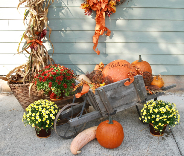 This wagon filled with pumpkins and gourds creates the perfect fall vignette. Use varied texture to make your seasonal vignette more interesting. Learn how on Pender & Peony.