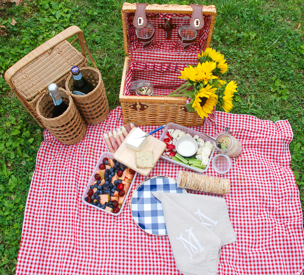 Throw the perfect summer picnic for two this July 4th with the right picnic food, portable baskets, gingham accessories, and sunflowers!