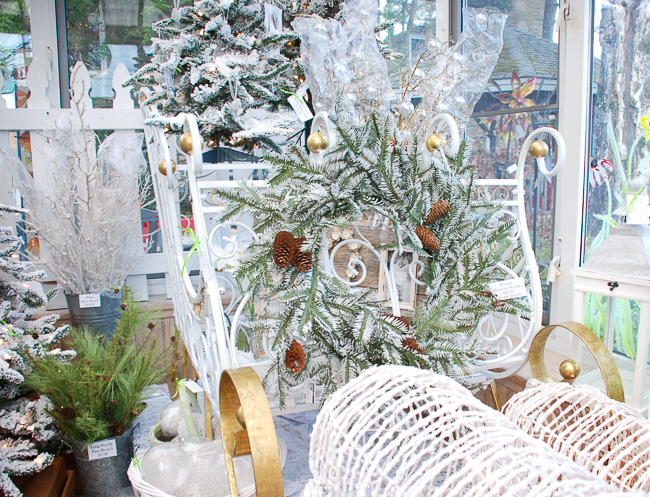 Looking for fresh and chic Christmas decorating ideas? Get inspired by these 3 Christmas decor trends: winter botanical, lime and sapphire palette, and oversize ornaments!