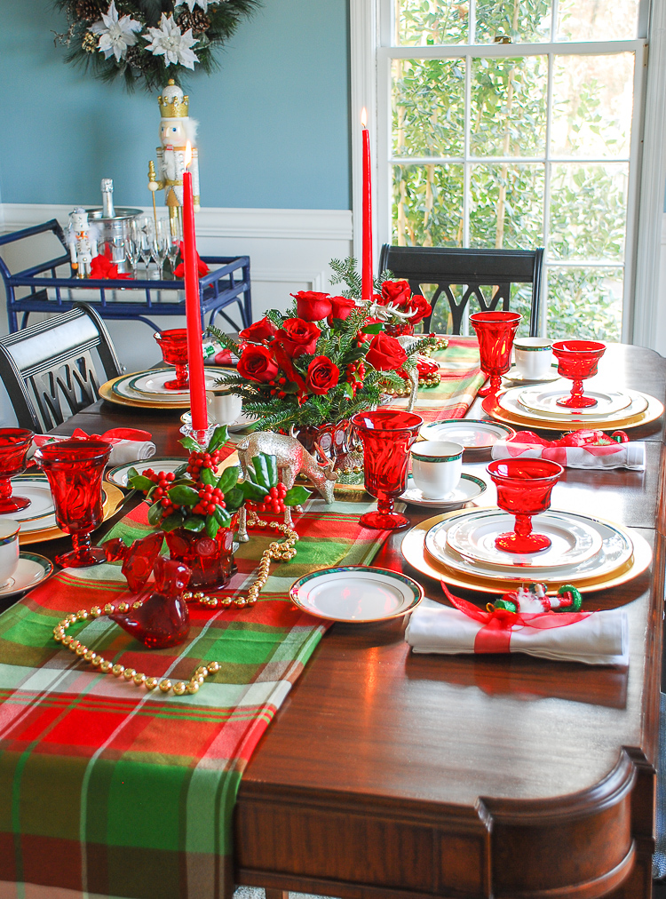 The Southern approach to holiday etiquette and hospitality plus a plaid Christmas table idea perfect for #holidayentertaining.