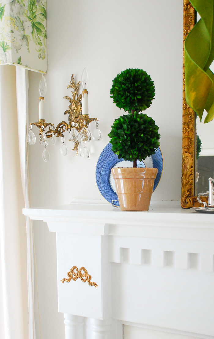 How to create a traditional mantel using boxwood topiary decor for everyday decorating. #boxwood #topiary #traditionaldecor #manteldecor