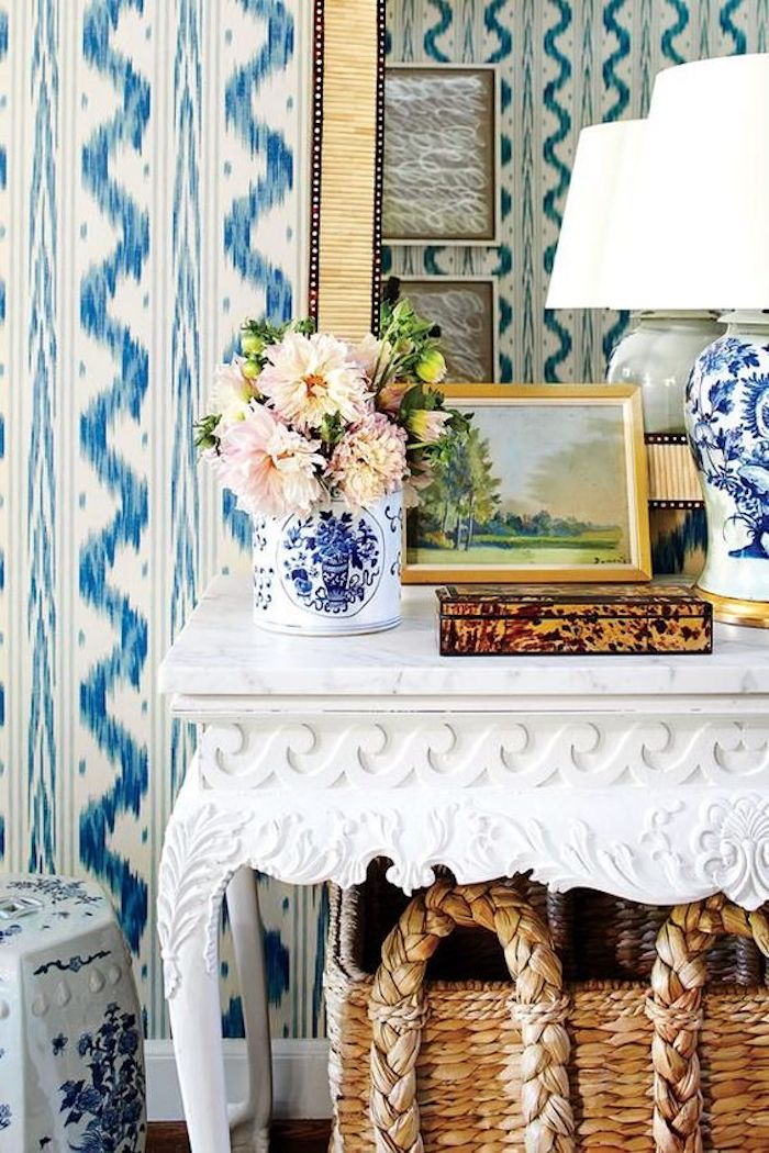 Chinoiserie chic decorating: Entryway in blue and white with Chinoiserie accents