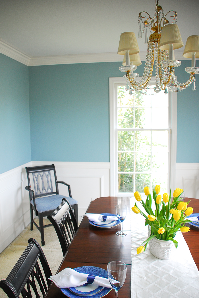 Dining room in interesting aqua - Implement a home color scheme