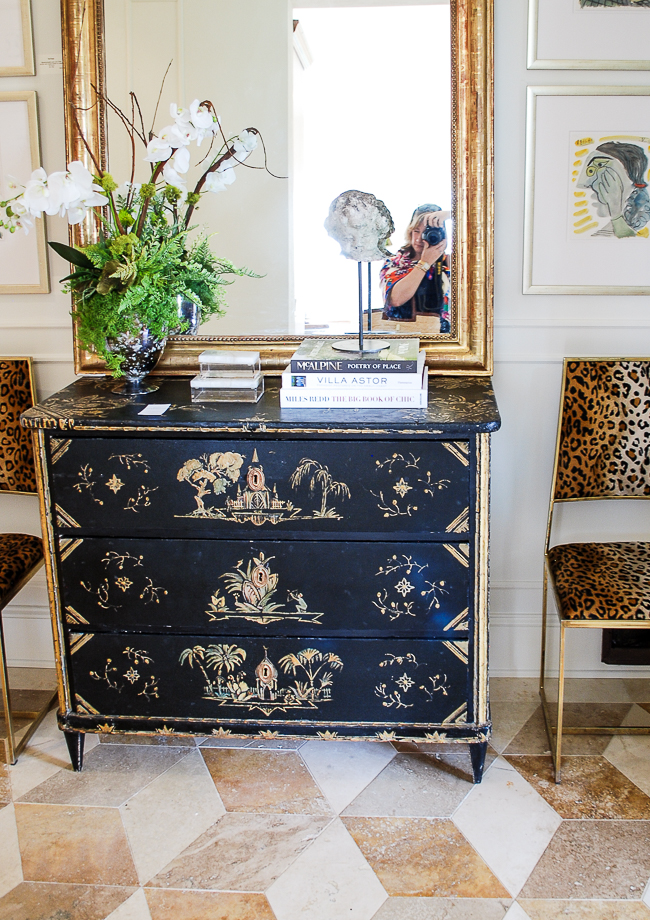 Decorate with lacquerware to get the Chinoiserie look