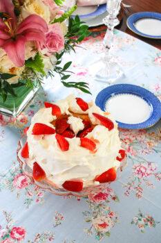 Strawberry champagne trifle cake