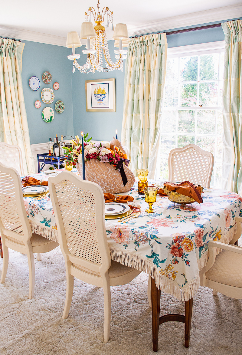 Your Guide to Hosting an Intimate and Chic Thanksgiving