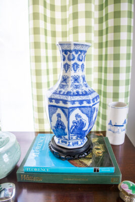Chinoiserie blue and white octagon vase